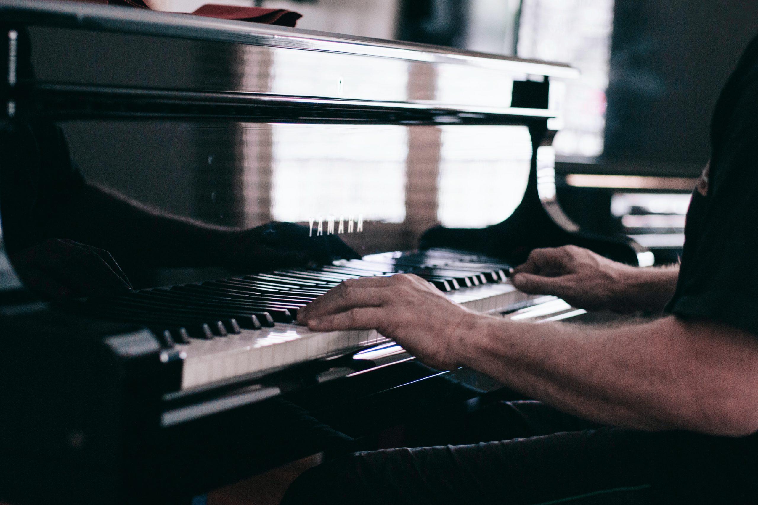 Laoli_Vital_Sehne-Musiker_Klavierspieler-Sehnenscheidenentzündung_Vorbeugen